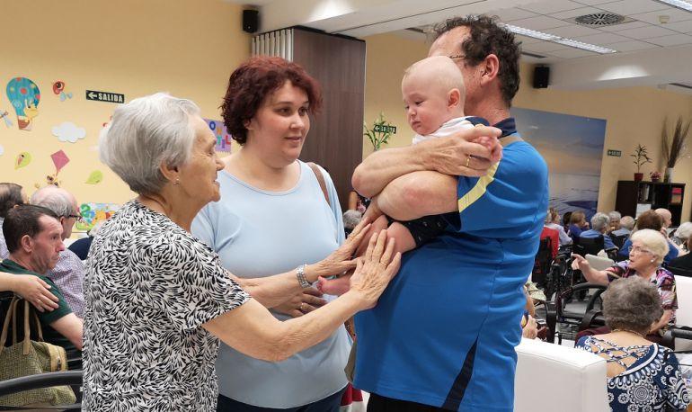 Mayores que ayudan a las familias de niños prematuros