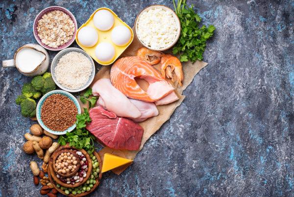 las personas mayores deben comer más proteínas