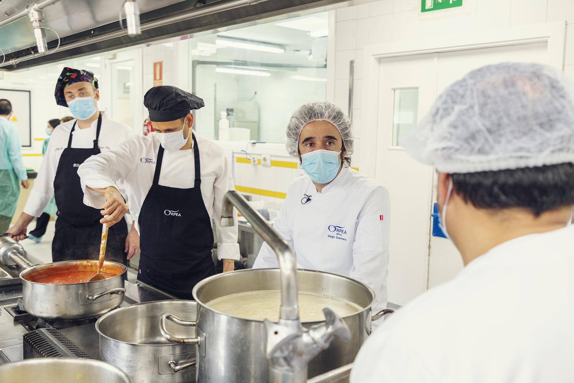 Diego Guerrero, chef con dos Estrellas Michelin, muestra su apoyo a los cocineros de ORPEA