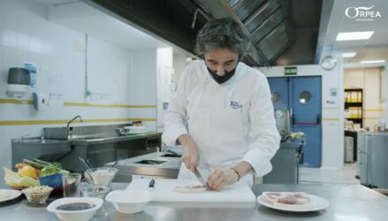 Diego Guerrero, chef con dos Estrellas Michelin, cocina el menú de Nochebuena para los mayores de las residencias ORPEA