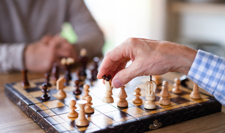 Juegos de mesa para entrenar la mente en las personas mayores